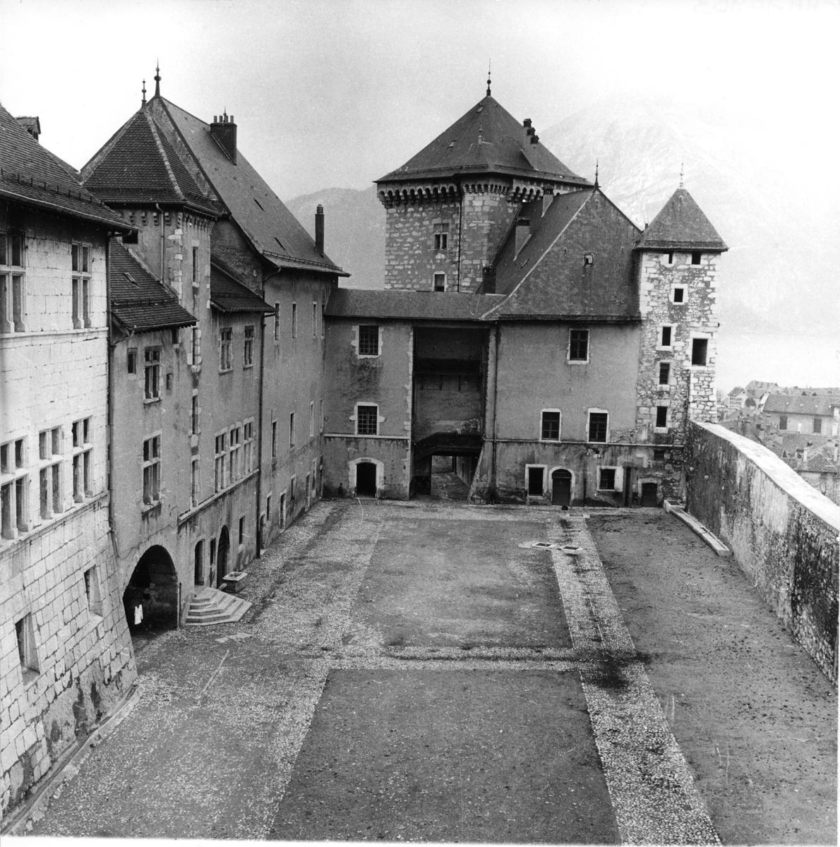 Cour Chateau d Annecy Musee lacs et montagnes